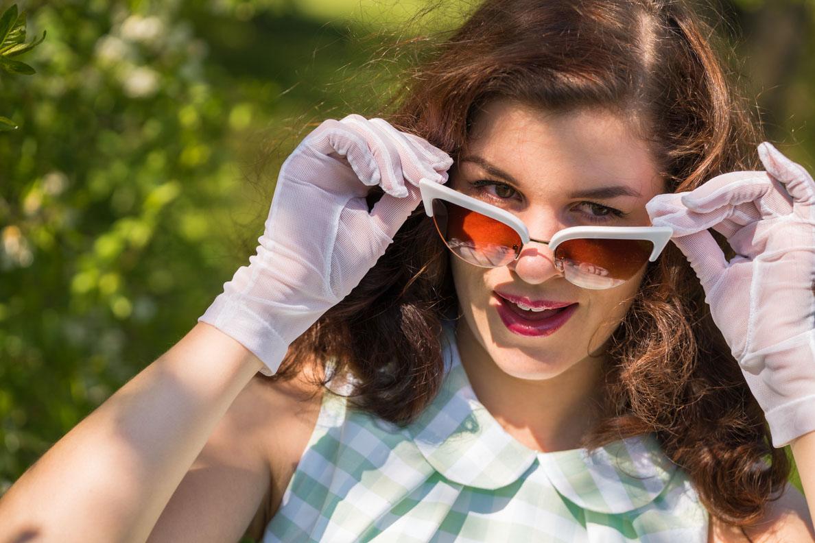 RetroCat mit Cat-Eye-Sonnenbrille und Handschuhen