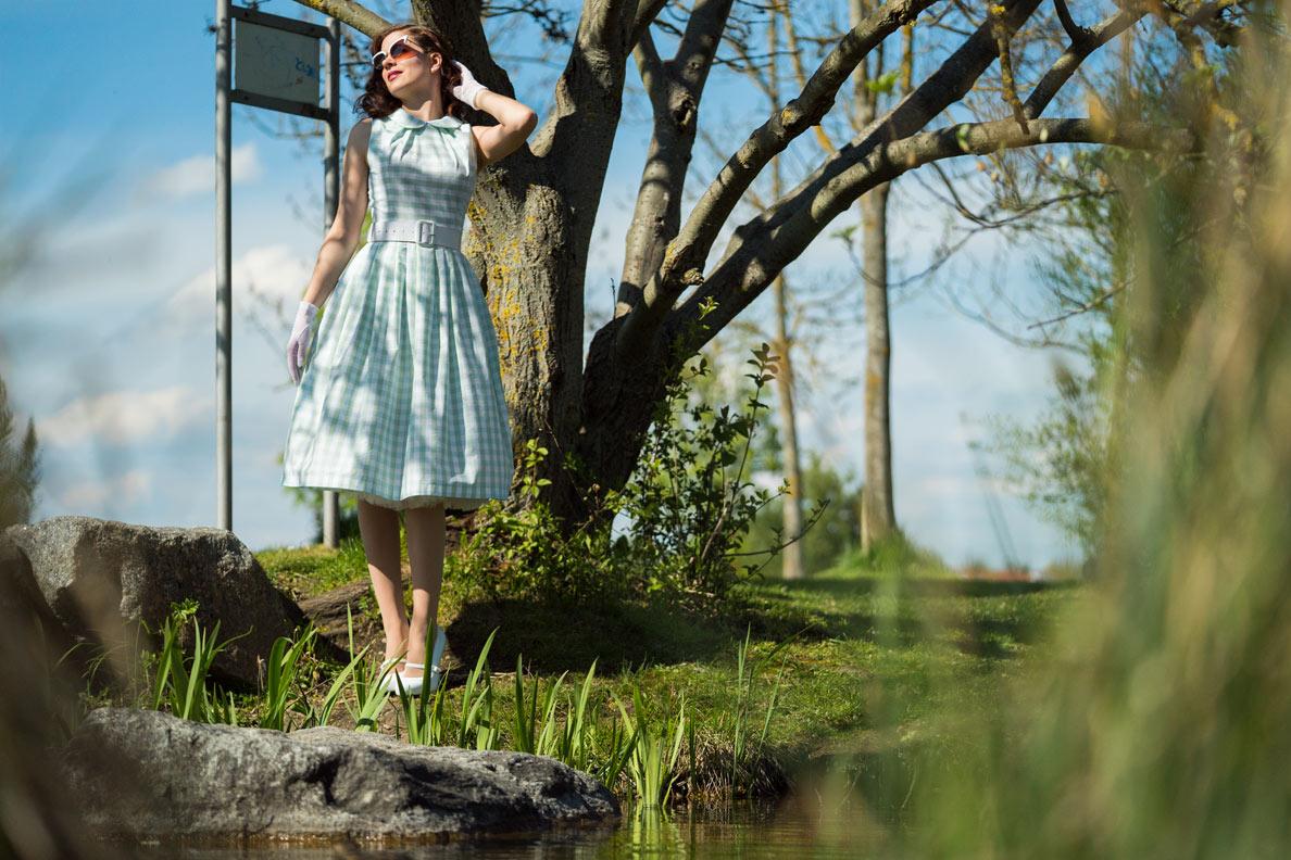 RetroCat in einem grünen Karo-Kleid