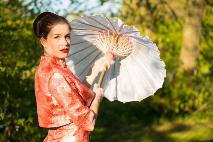 RetroCat mit Vintage-Kostüm und Asia-Schirm