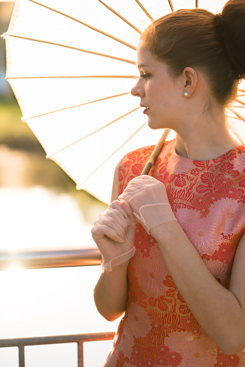 RetroCat mit einem Sonnenschirm im Asia-Stil