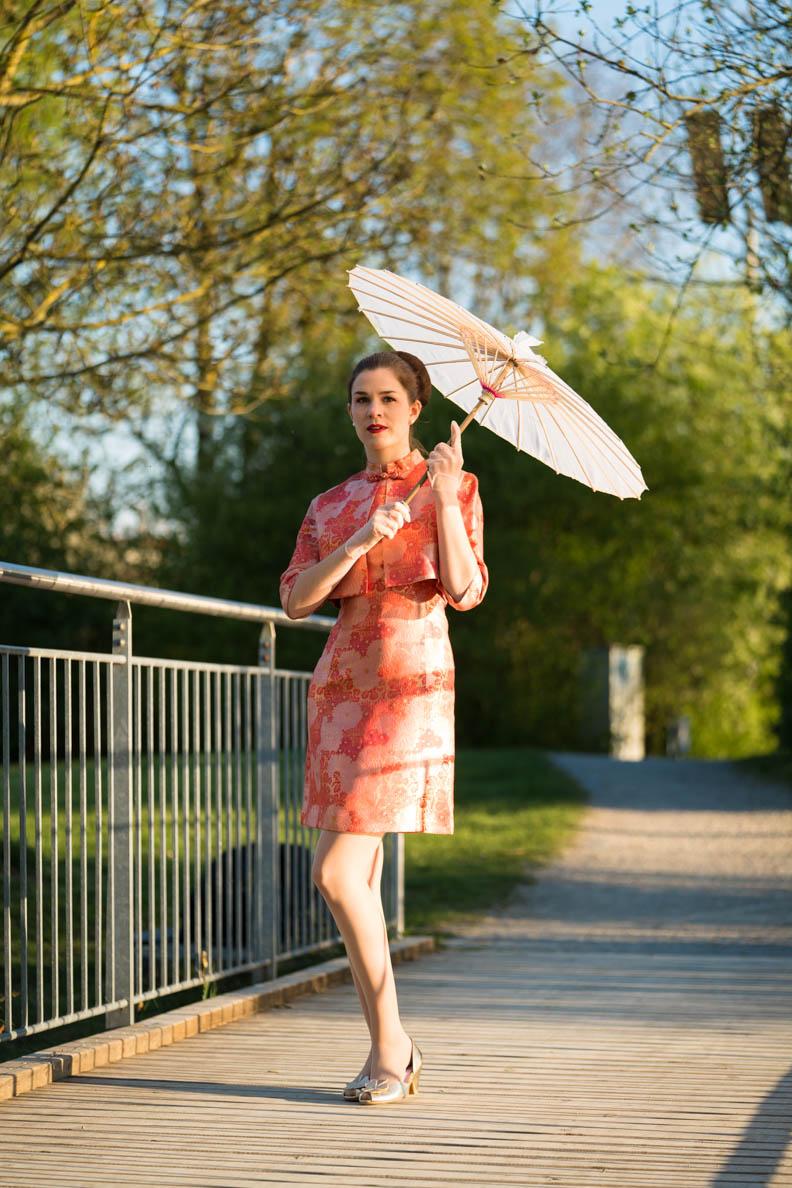 RetroCat mit Vintage-Kleid, Jacke und Sonnenschirm