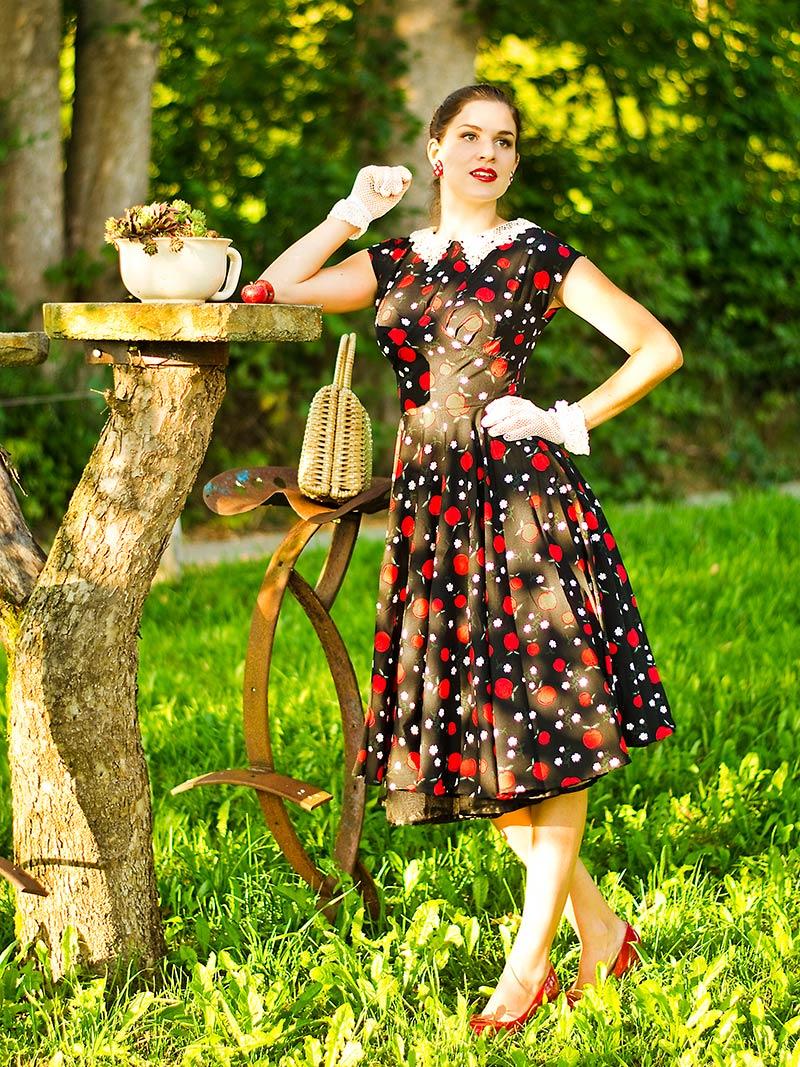 RetroCat in einem Swing-Kleid mit Apfel-Print
