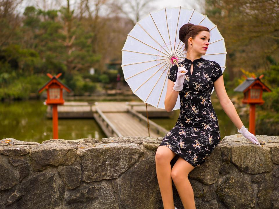 RetroCat in einem Asia-Kleid mit Blumendruck