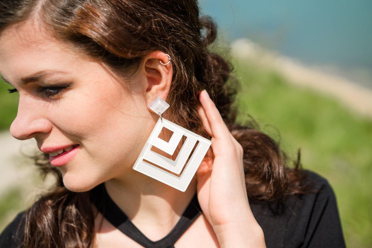 RetroCat mit großen weißen Retro-Ohrringen