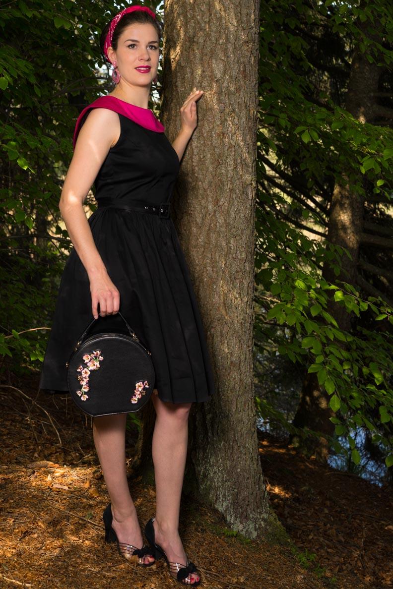 RetroCat mit Swing-Kleid und Retro-Handtasche