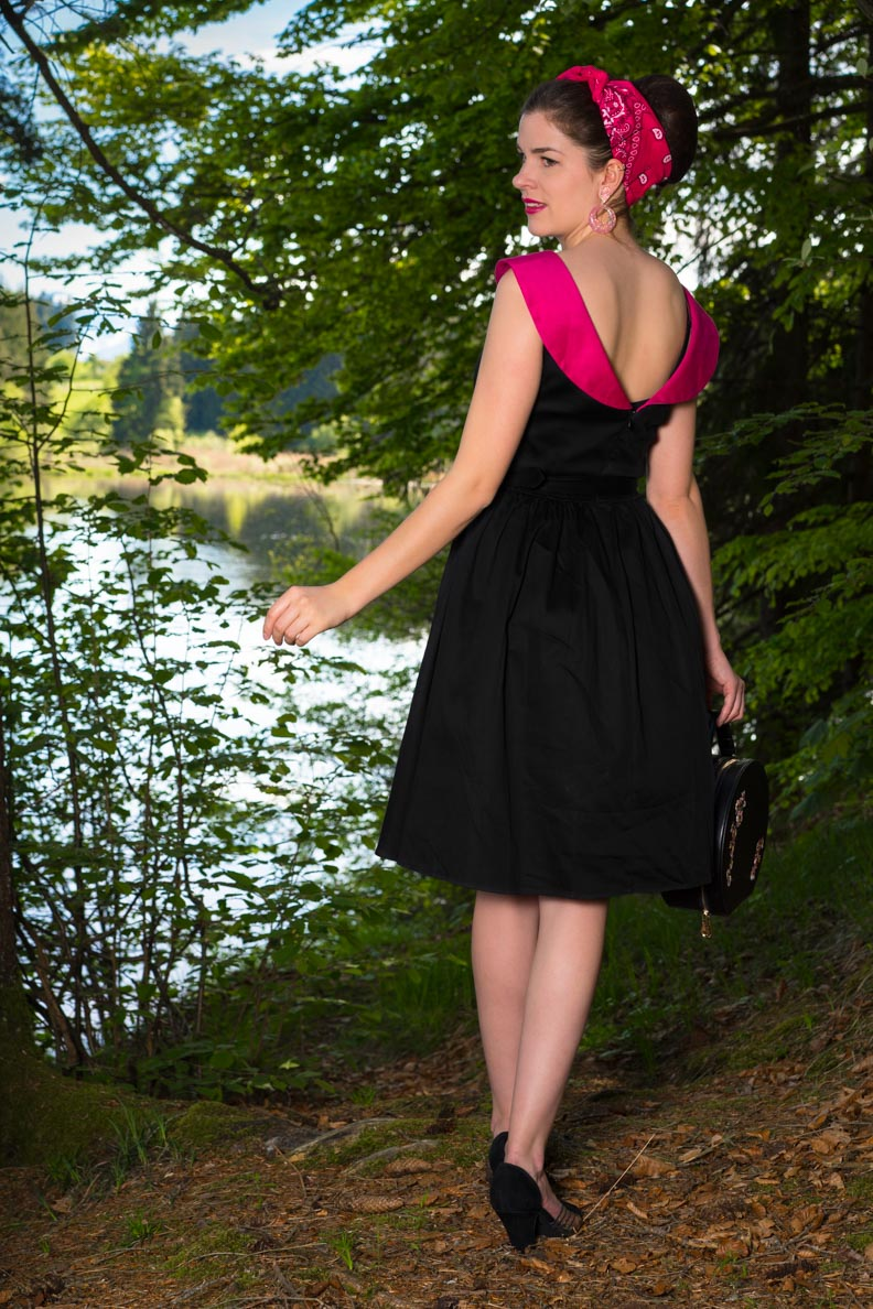 RetroCat in einem Retro-Kleid mit pinkem Kragen und Rückenausschnitt