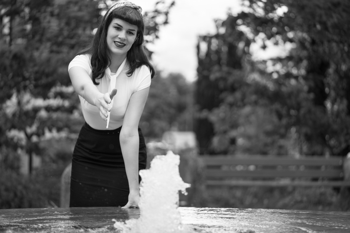RetroCat mit einem Bettie-Page-Outfit am Brunnen