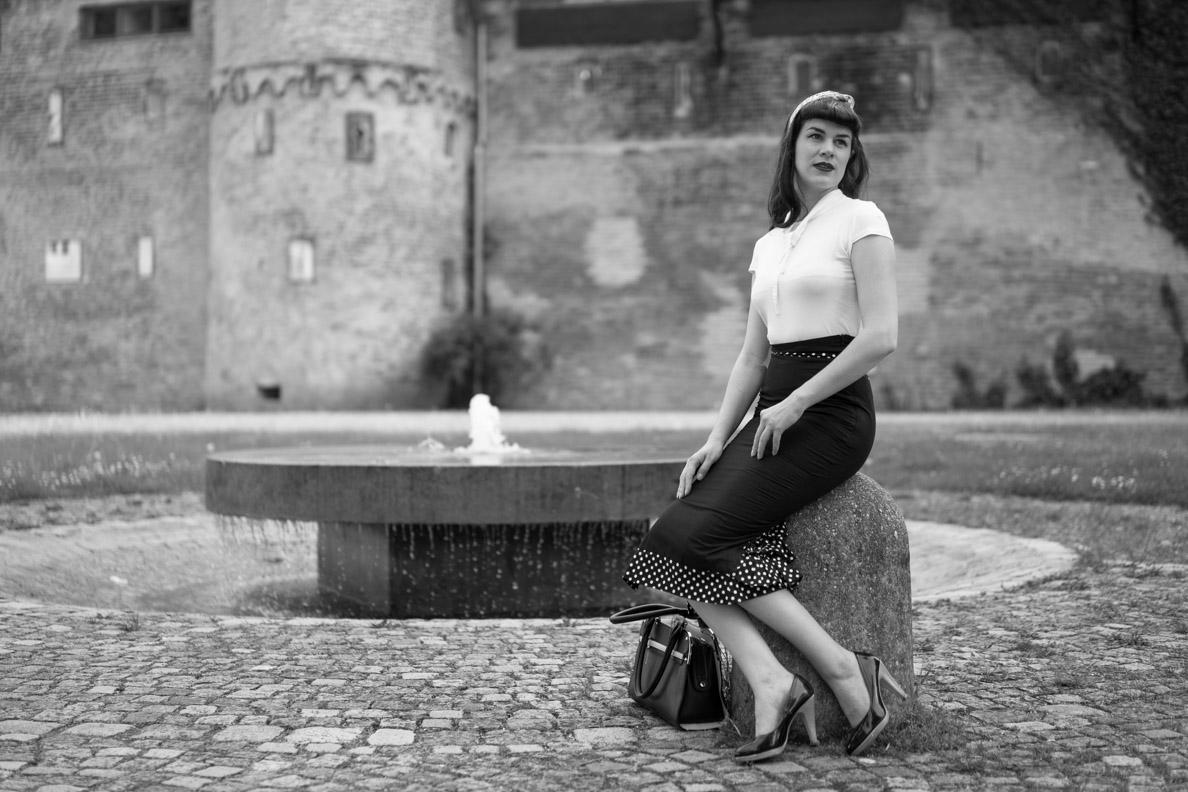 RetroCat in einem Outfit im Stil von Bettie Page