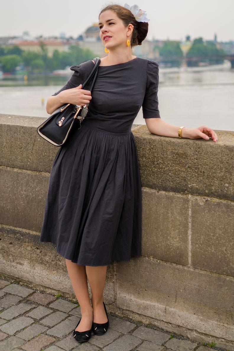 RetroCat im grauen La Femme Chic Dress von Von 50'