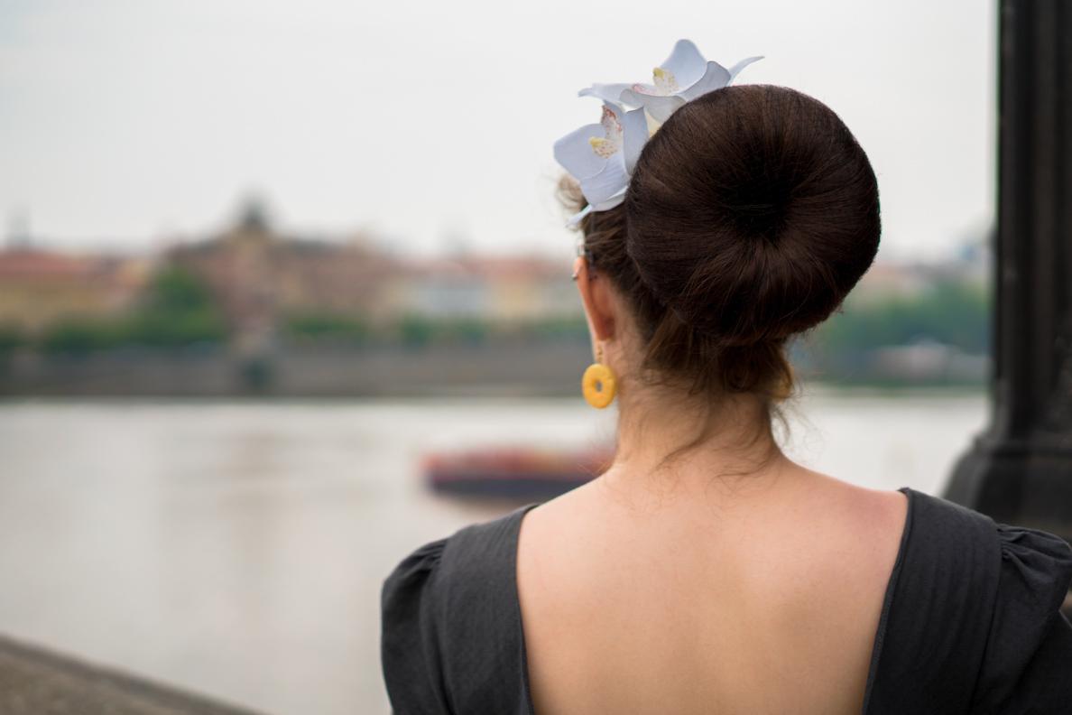 RetroCat mit Haarblume und Retro-Ohrringen auf der Karlsbrücke