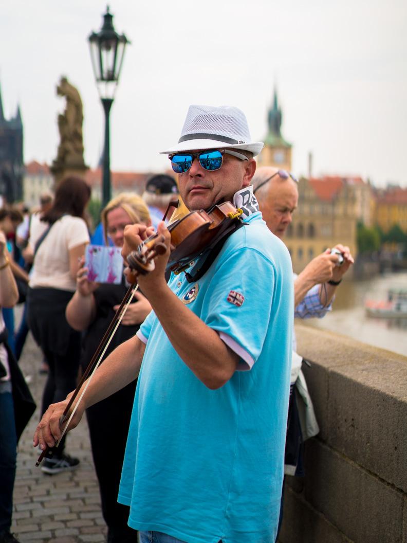 Ein Straßenmusiker auf der Karlsbrücke in Prag