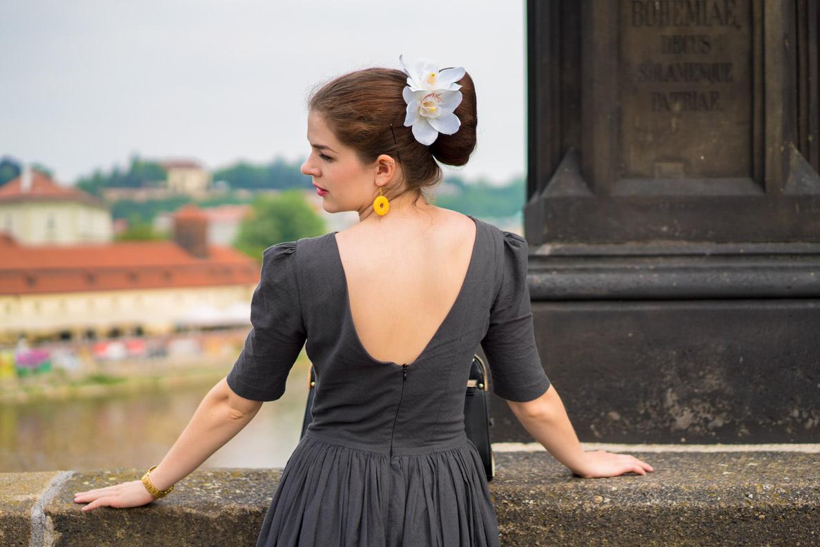 RetroCat in einem Retro-Kleid mit Rückenausschnitt
