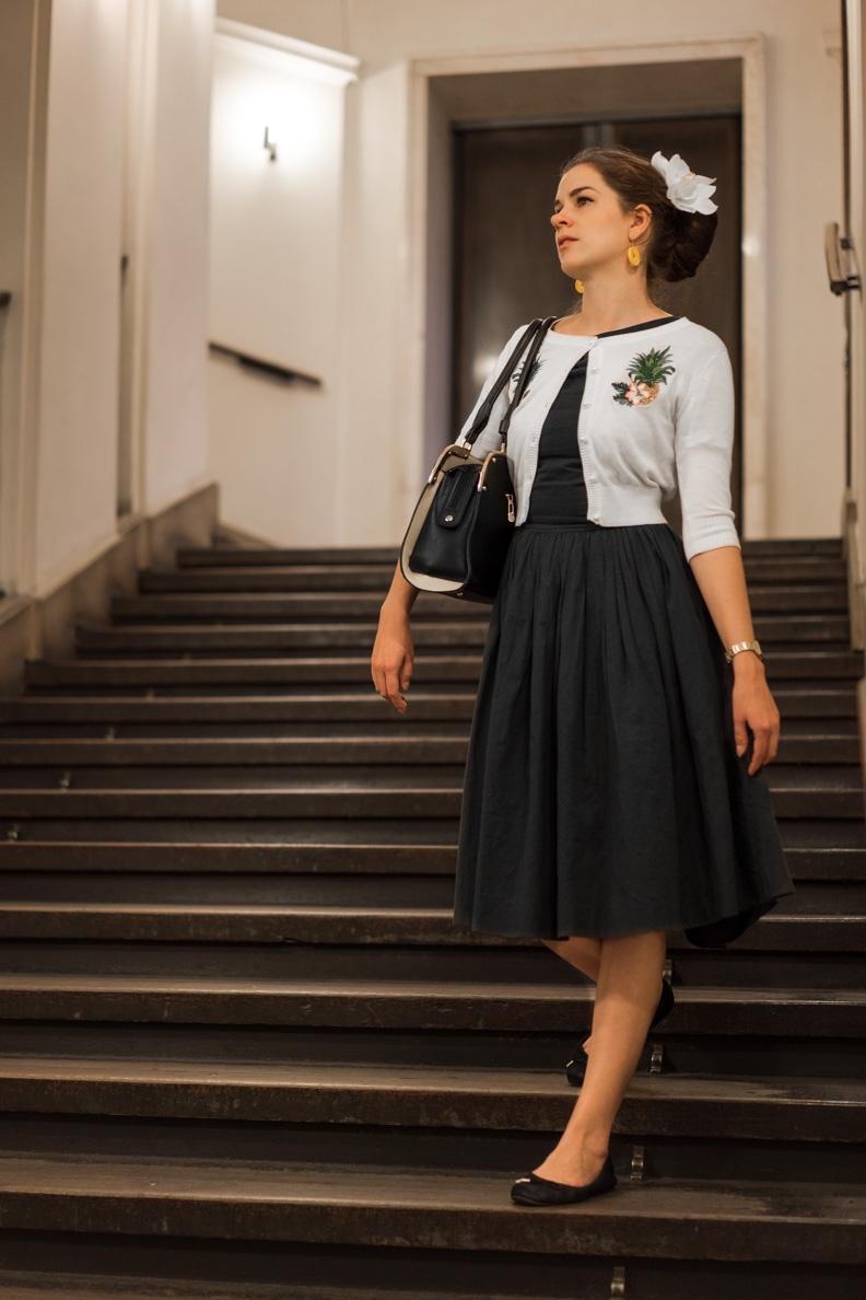 RetroCat mit grauem Retro-Kleid und Cardigan im Prager Rathaus