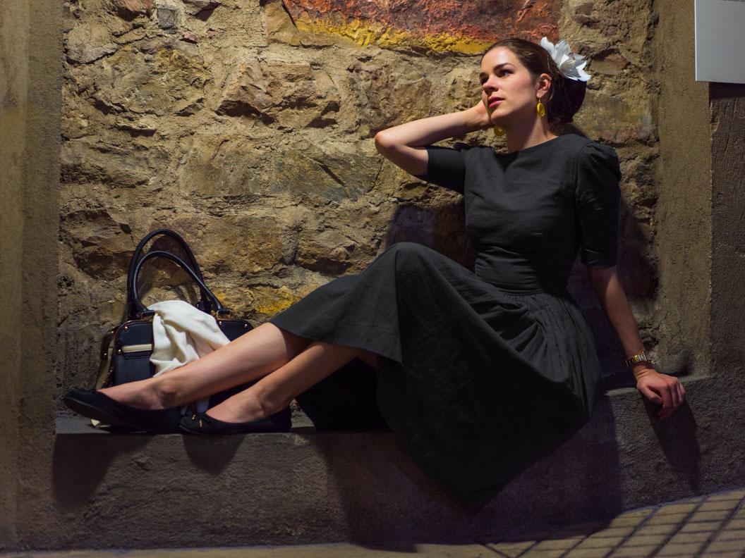 RetroCat im Von 50' Kleid im Rathausturm in Prag