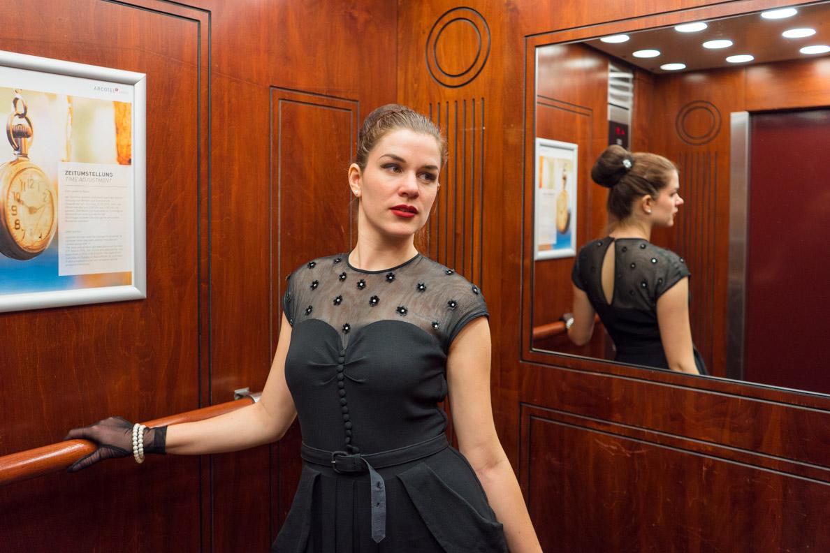 RetroCat mit Vintage-Kleid in einem Aufzug