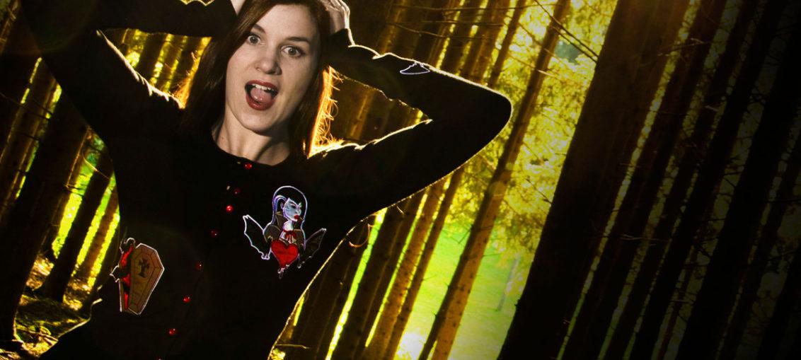 RetroCat mit einem Vampir-Cardigan