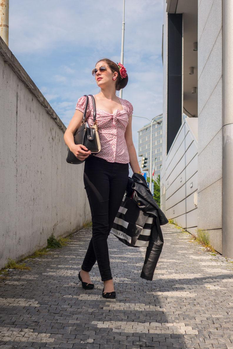 RetroCat mit Retro-Bluse, Hose und Sonnenbrille