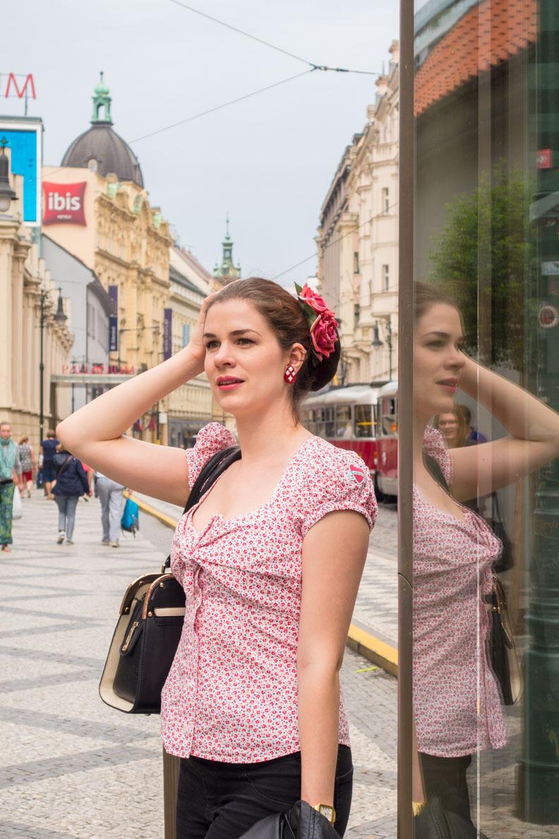 RetroCat mit einer Bluse von Lena Hoschek