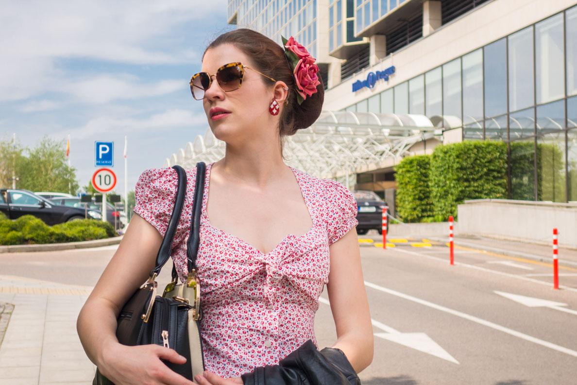 RetroCat mit einer Sonnenbrille von Miu Miu vor dem Hilton in Prag