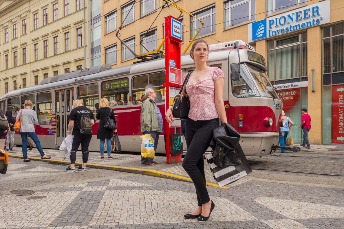 RetroCat in einem Retro-Outfit vor einer Tram in Prag