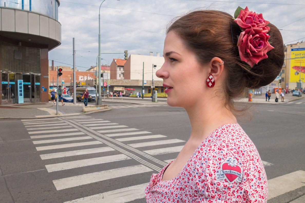 RetroCat mit Bluse von Lena Hoschek, Haarblume und Ohrringen