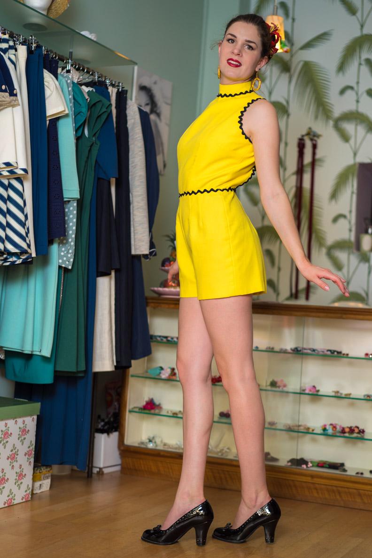 RetroCat mit gelbem Vintage-Jumpsuit