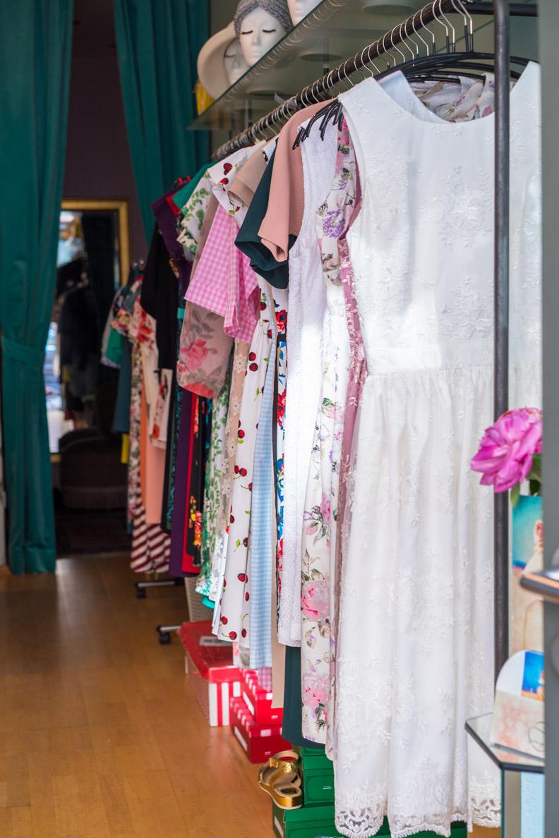 Die Kleiderauswahl bei Maison Chi Chi Vintage in München