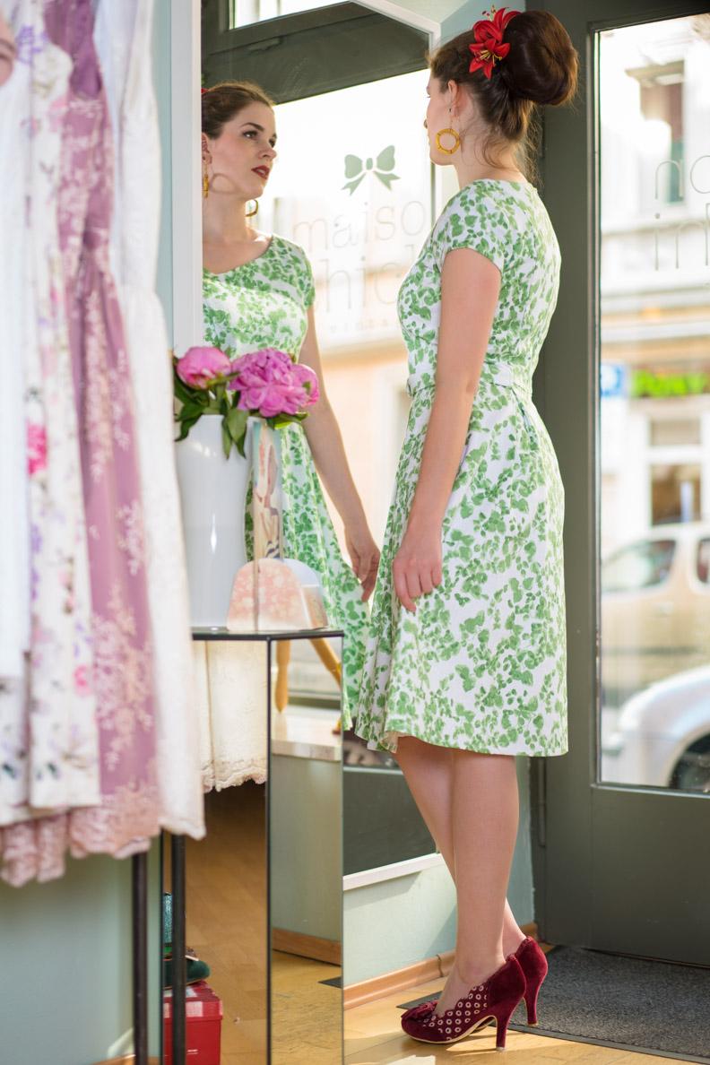 RetroCat in einem Vintage-Kleid von Mademoiselle Tambour