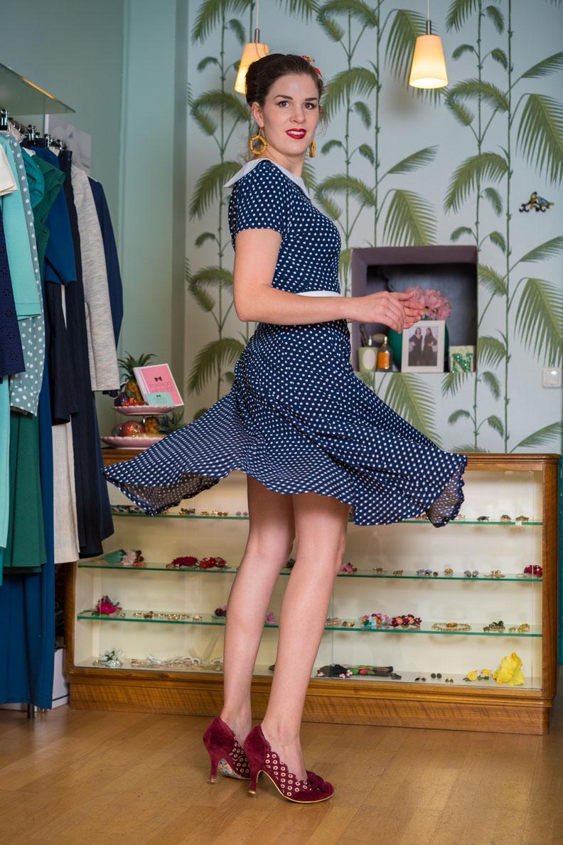 RetroCat in einem gepunkteten Kleid von Marlenes Töchter