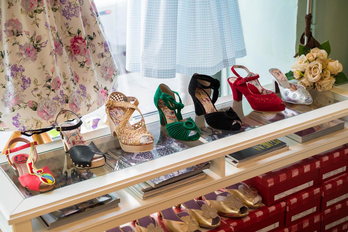 Schuhe von Miss L-Fire im Schaufenster von Maison Chi Chi Vintage