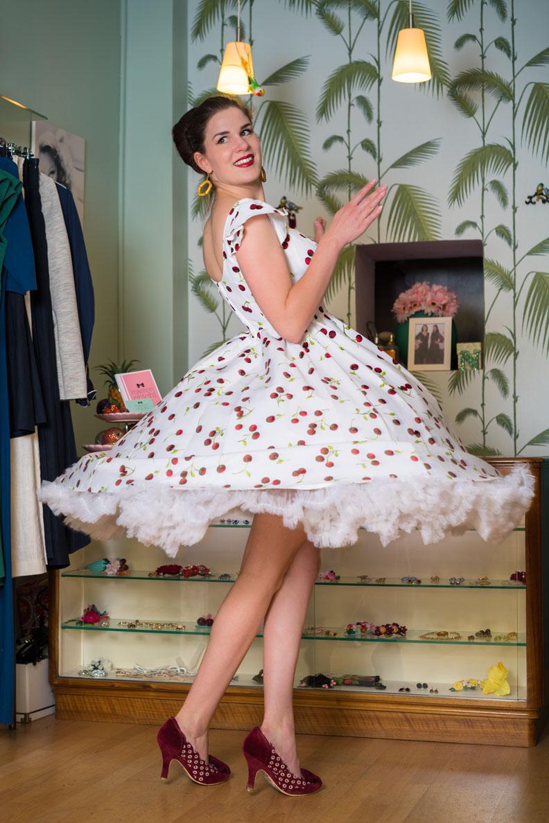 RetroCat in einem Sommerkleid mit Kirsch-Print