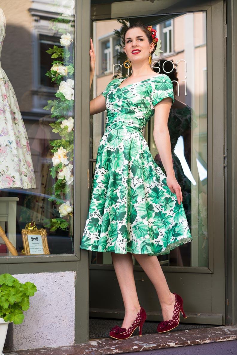 RetroCat in einem grünen Kleid von The House Of Foxy