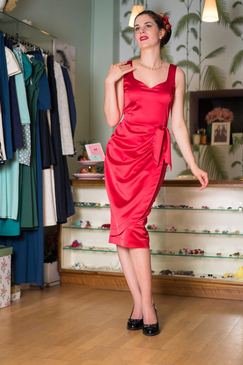 RetroCat in einem roten Kleid von Wiener Kreation