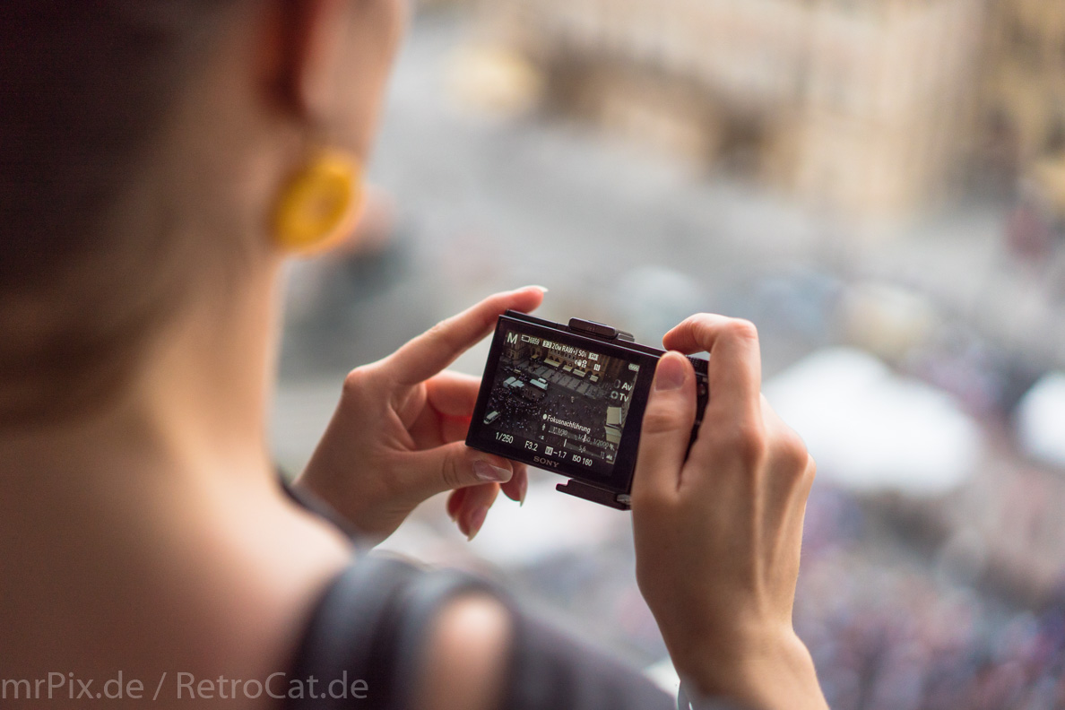 RetroCat beim Fotografieren in Prag