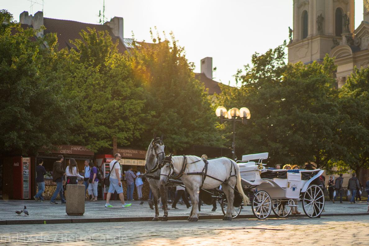 Eine Kutsche auf dem Altstädter Ring in Prag