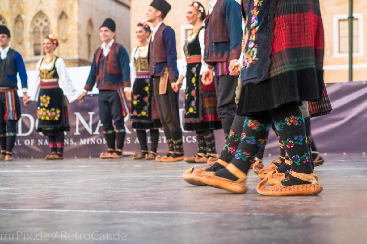 Serbische Tänzer auf dem Altstädter Ring in Prag