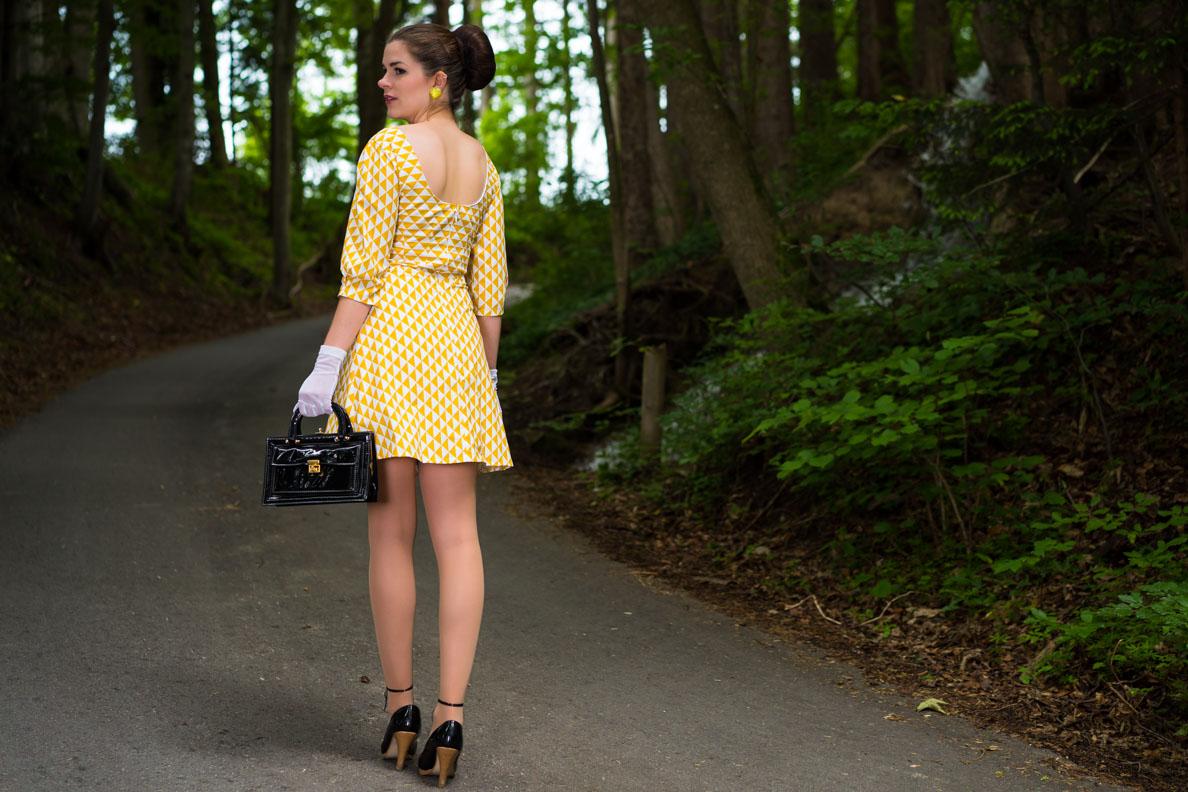 RetroCat im gelben Sommerkleid