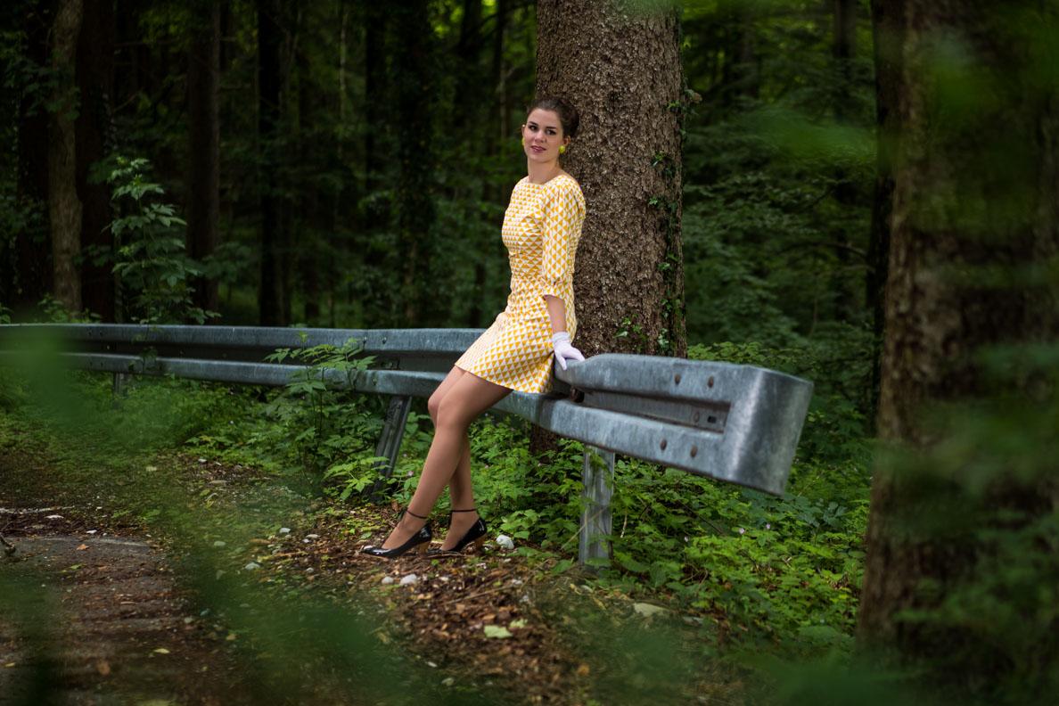 RetroCat in einem gemusterten 60er-Kleid