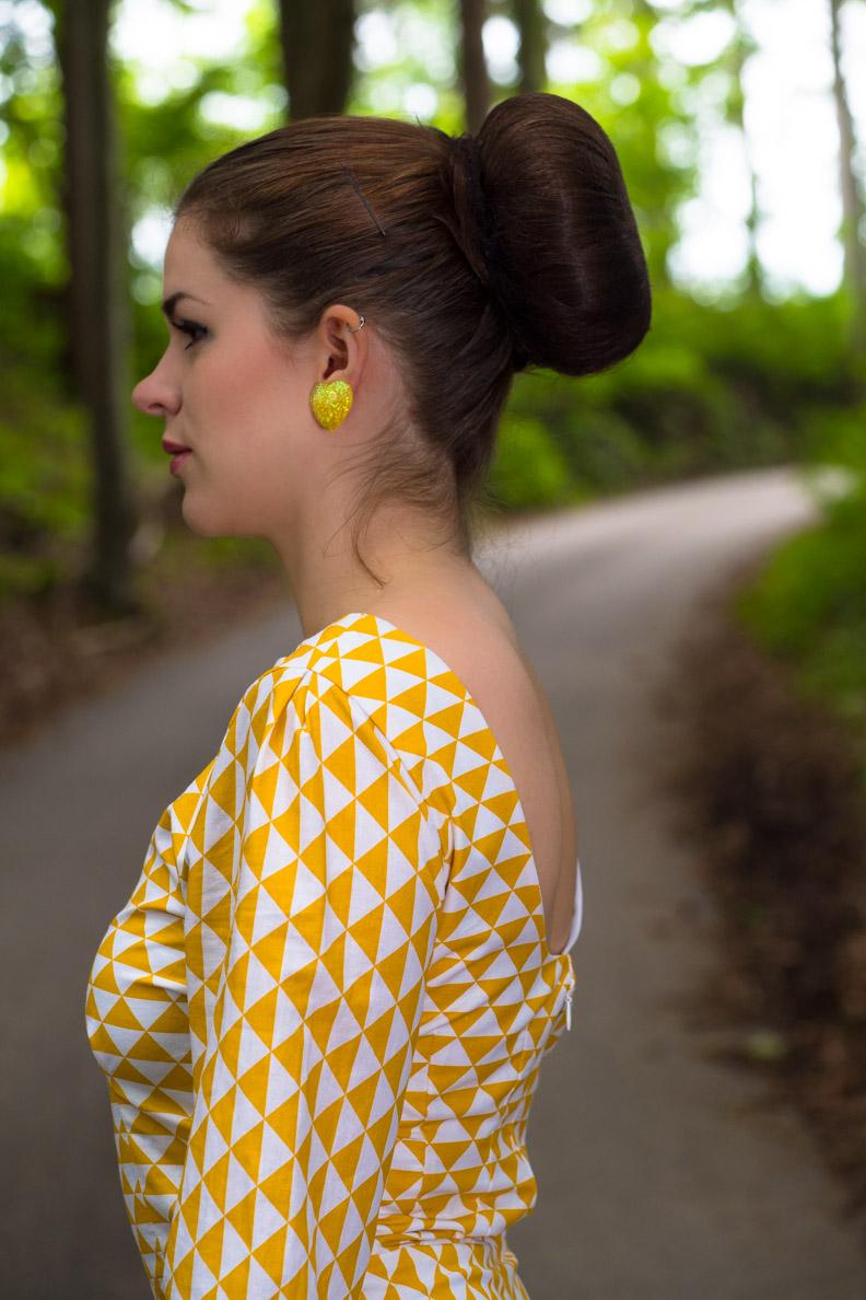 RetroCat mit 60er-Kleid und Ohrringen von Glitter Paradise