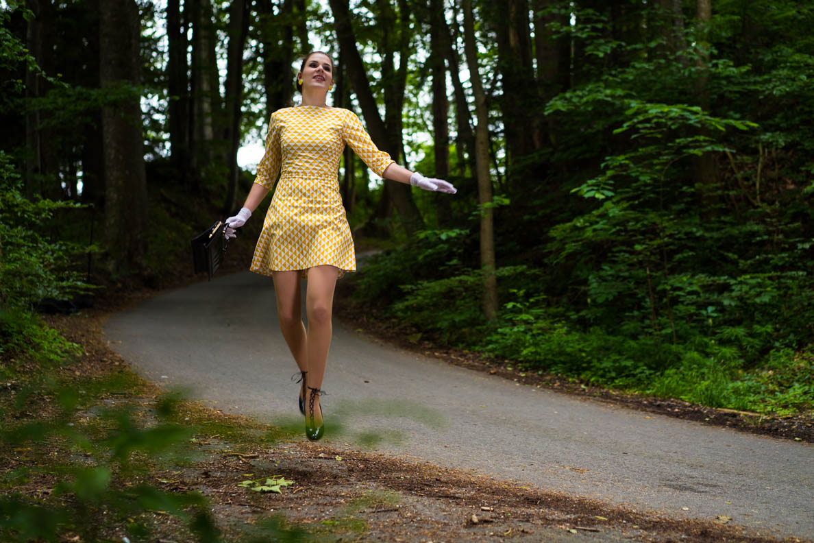 RetroCat im gelben 60er-Kleid von Grünten Mode