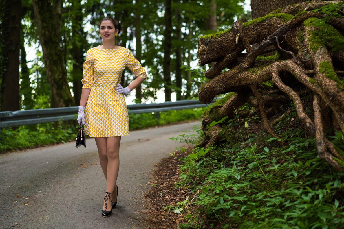 RetroCat mit 60er-Kleid und Strümpfen von Wolford