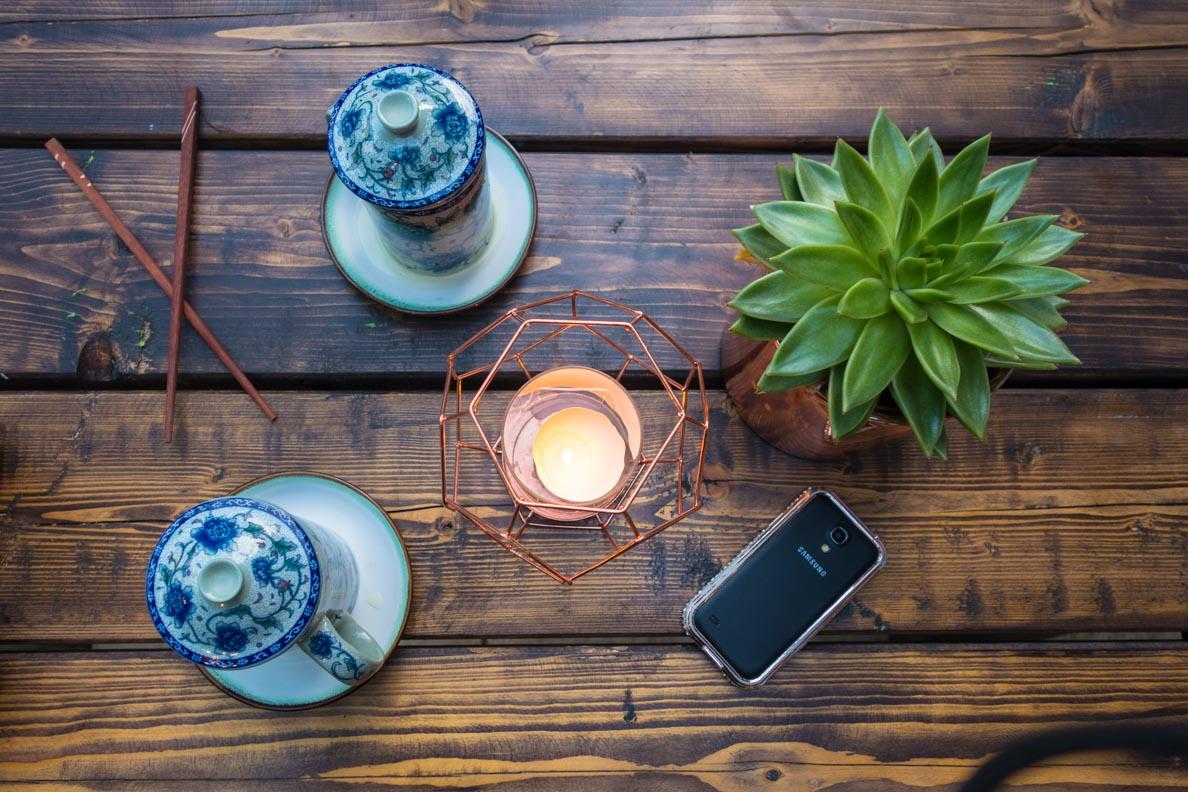 Asiatische Teetassen und moderne Dekoration