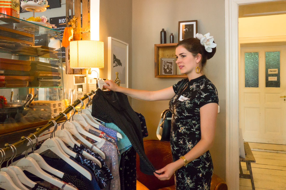 RetroCat mit Kleidern von Vive Maria