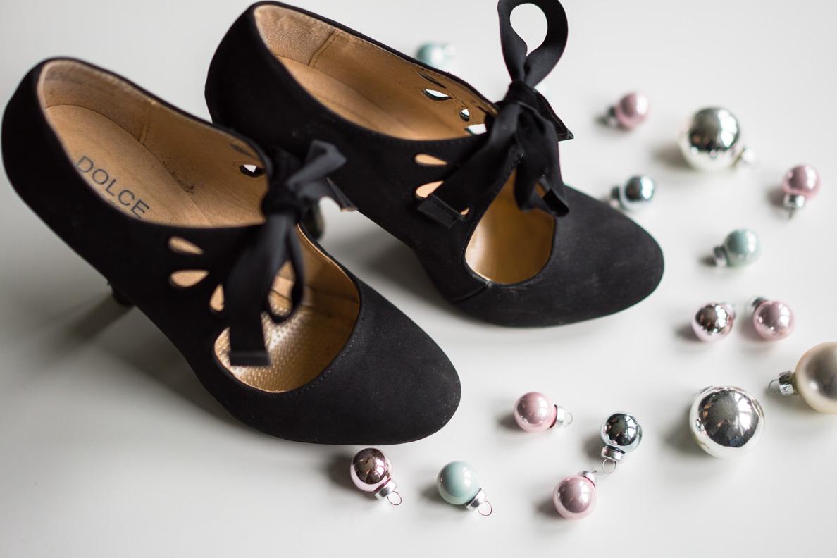 Schwarze Schnürpumps im Stil der 40er