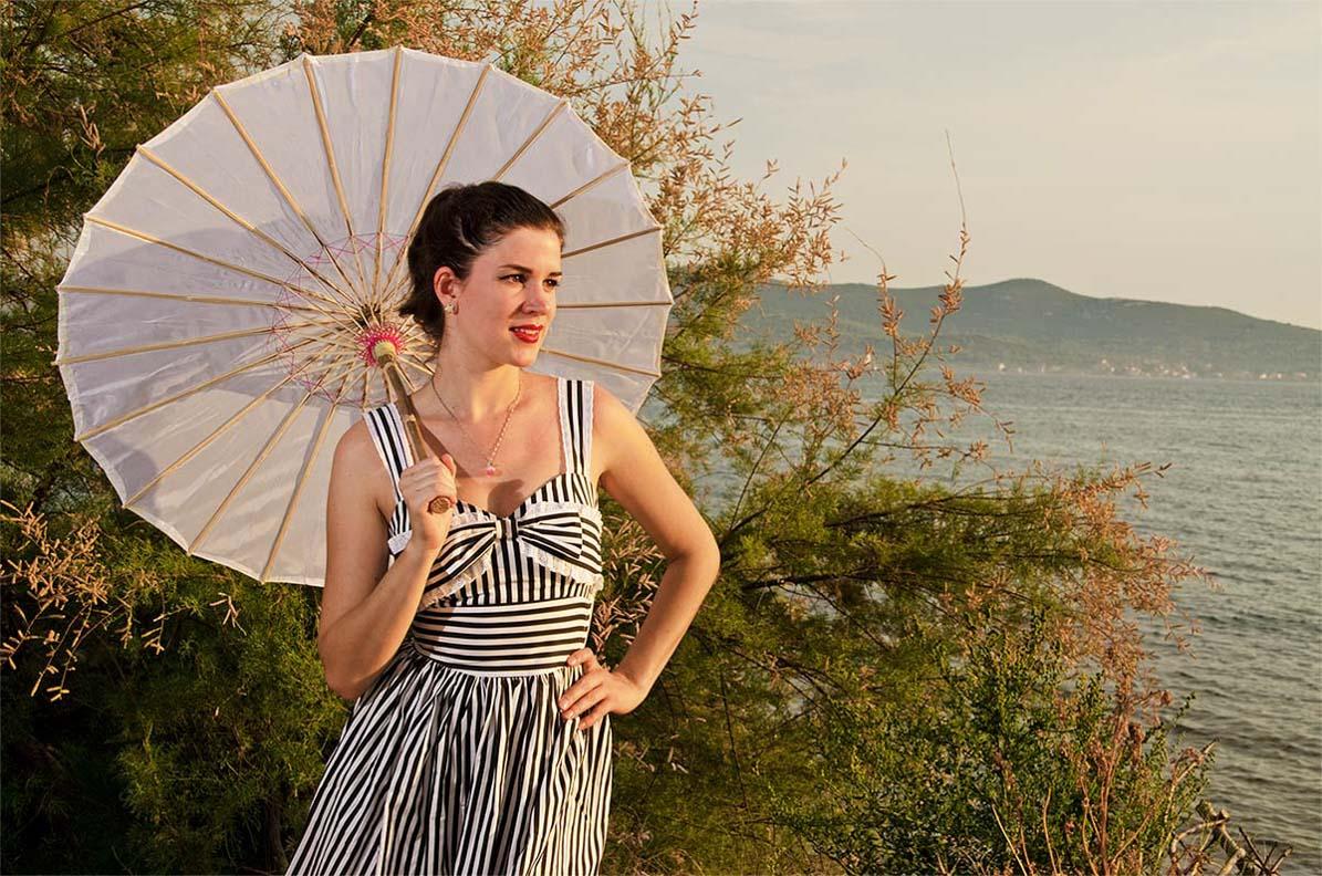 RetroCat mit Streifenkleid und Sonnenschirm im Asia-Stil