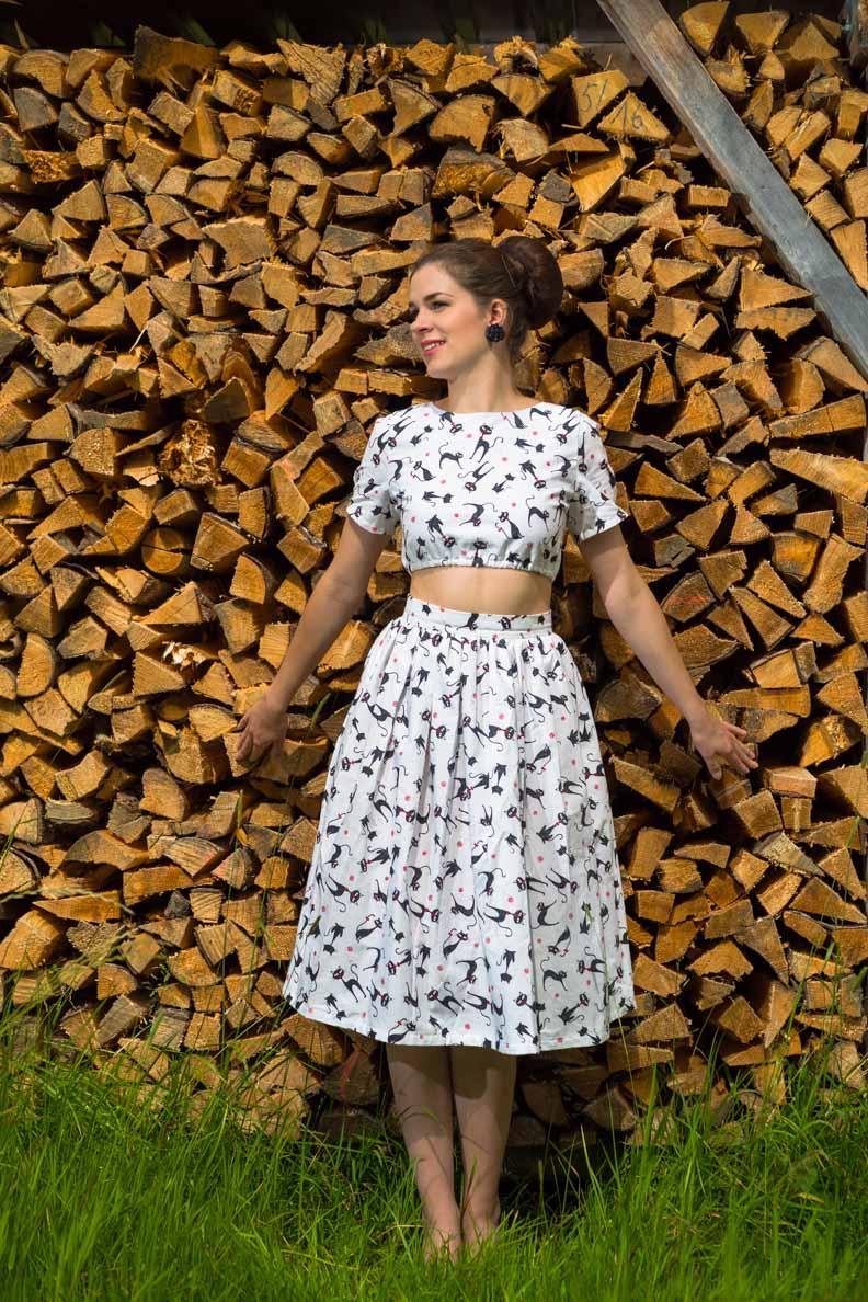 RetroCat in einem sommerlichen Retro-Outfit von Grünten Mode