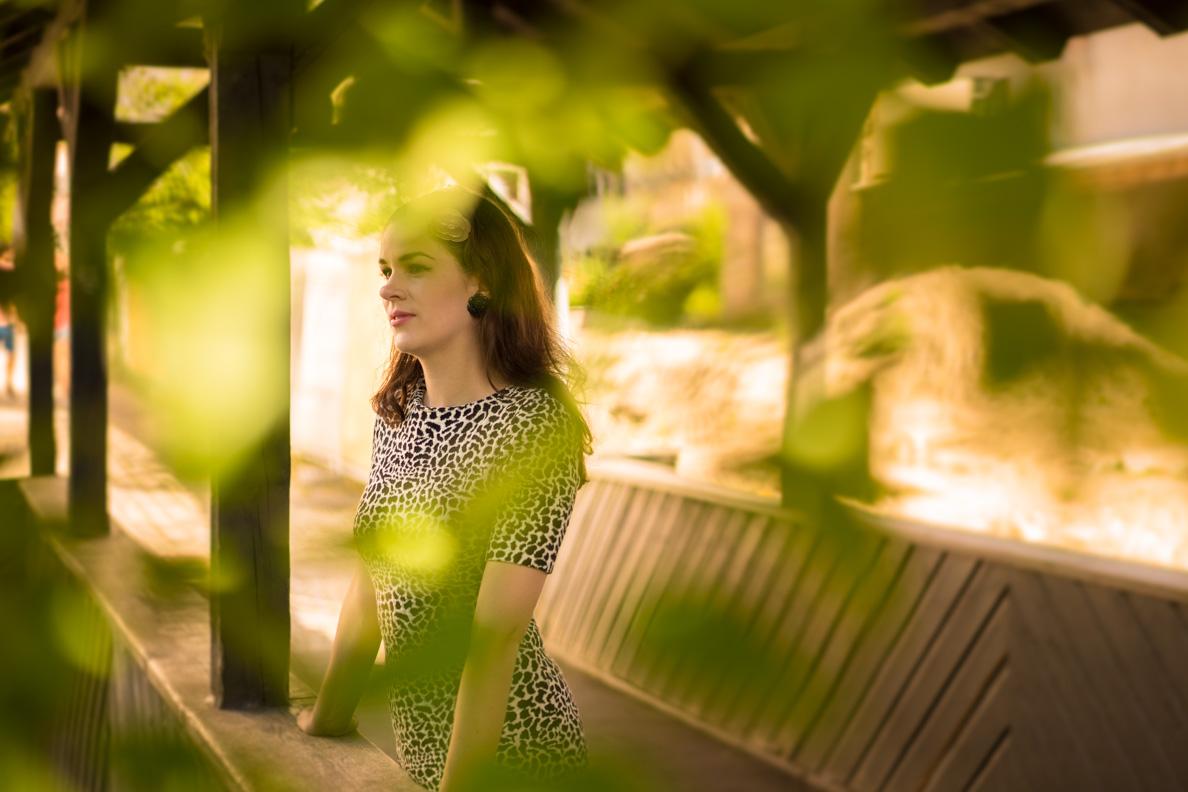 RetroCat mit Leoparden-Kleid und Ohrringen von Glitter Paradise