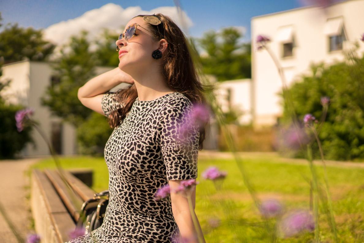 RetroCat mit Sonnenbrille von Miu Miu und Rosen-Ohrringen