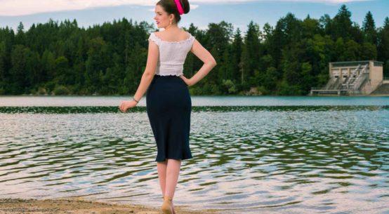 RetroCat in einem maritimen Sommer-Outfit mit pinken Strümpfen von Secrets in Lace