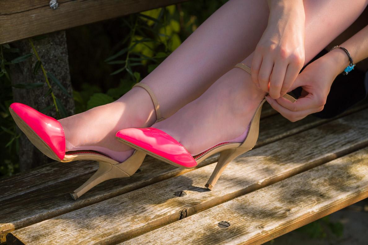 RetroCat mit pinken Schuhen und passenden Strümpfen